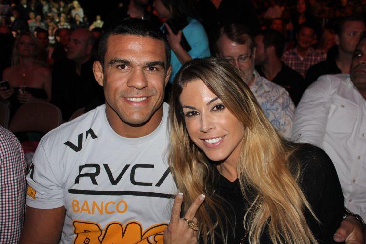 Brasileiro Vitor Belfort ao lado de sua mulher, Joana Prado, acompanham o UFC 137 em Las Vegas