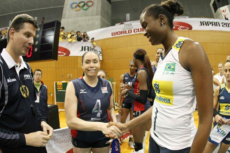 Fabiana e Berg, capitãs de Brasil e Estados Unidos, se cumprimentam antes da partida de estreia das equipes na Copa do Mundo