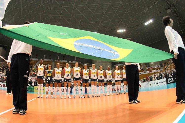 Jogadoras brasileiras perfiladas diante da bandeira do país para a execução do hino nacional antes do início do jogo contra os Estados Unidos