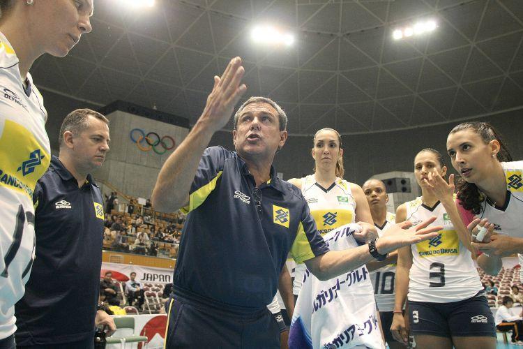 José Roberto Guimarães esbraveja com as jogadoras brasileiras durante a derrota para os Estados Unidos na estreia da Copa do Mundo