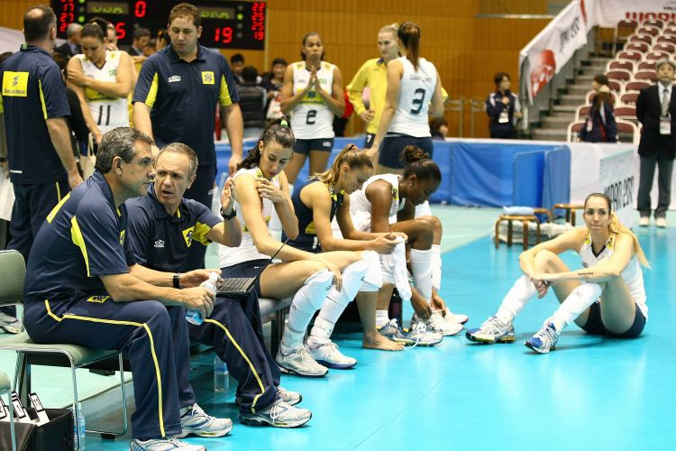 Jogadoras e comissão técnica da seleção brasileira com a cara fechada após a derrota por 3 sets a 1 para os Estados Unidos