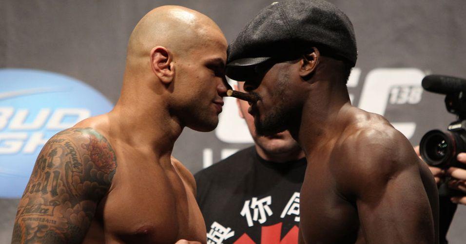 Com direito a chapeu e charuto, sueco Papy Abedi encara o brasileiro Thiago Alves na pesagem para o UFC 138, na Inglaterra