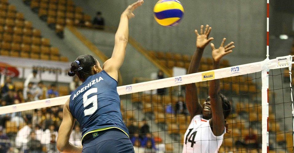 Brasileira Adenizia tenta passar pelo bloqueio da queniana Mercy Moim em jogo deste sábado na cidade japonesa de Nagano