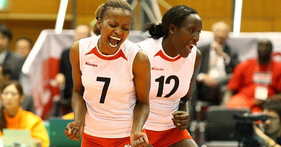 Quenianas Jannet Wanja (7) e Lydia Maiyo comemoram um ponto na derrota por 3 sets a 0 para o Brasil neste sábado