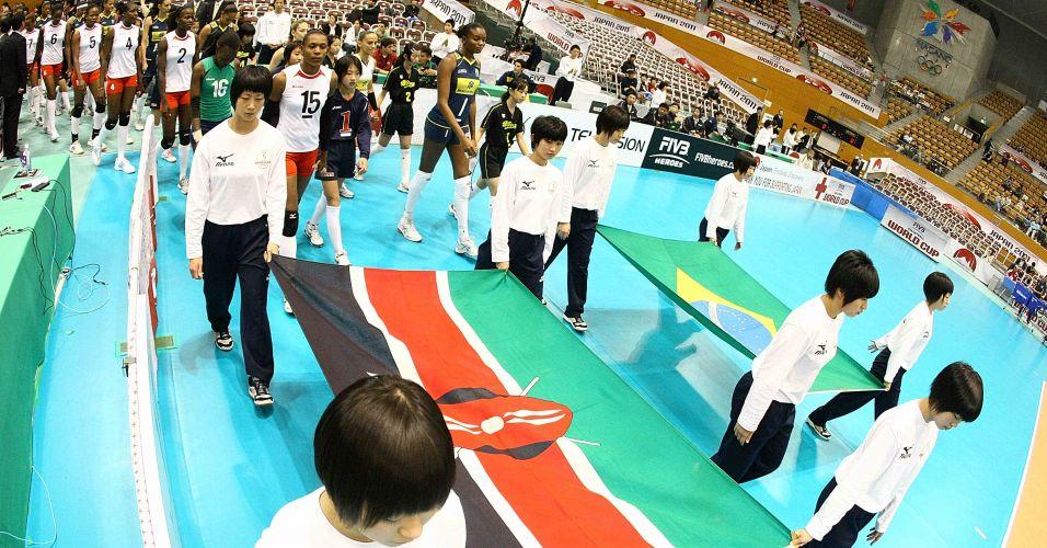 Equipes de Quênia e Brasil entram em quadra para jogo válido pelo grupo B da Copa do Mundo feminina de vôlei