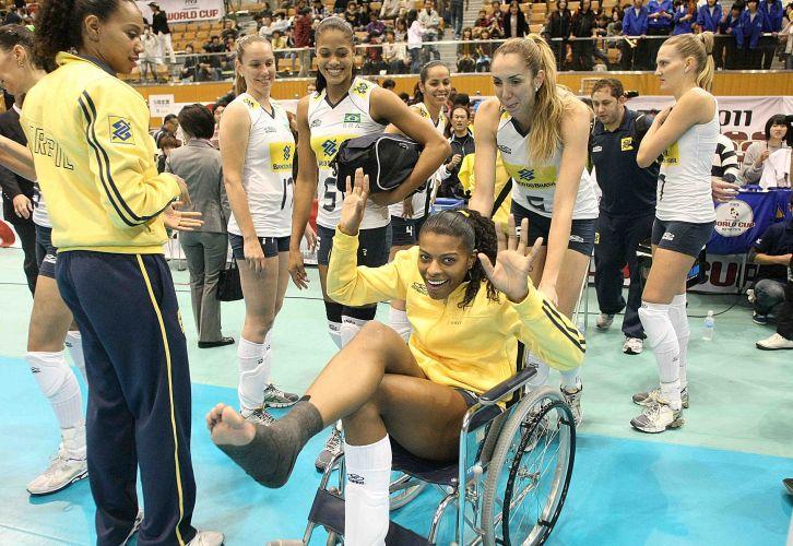 Em choque com a central Fabiana, a ponteira Fernanda Garay torceu o tornozelo, deixou a quadra de cadeiras rodas e contou com com uma 'forcinha' da companheira Thaisa, mas sem perder o bom humor