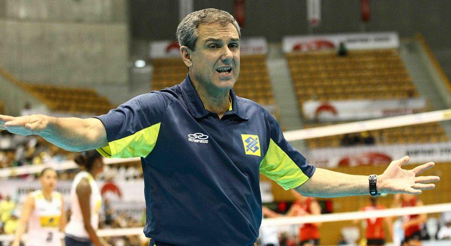 Zé Roberto orienta o time na vitória contra a Alemanha pela terceira rodada da Copa do Mundo de vôlei