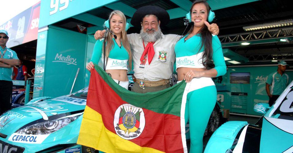 Grid girls da equipe Medley posam com gaúcho vestido a caráter em Velopark