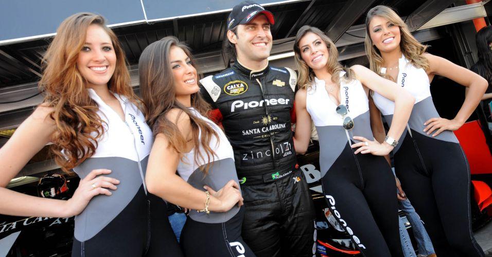 Namorado da apresentadora Renata Fan, Átila Abreu é cercado por grid girls no Velopark em etapa decisiva da Stock Car