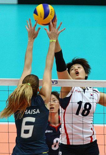 Thaísa sobe para tentar bloquear o ataque da coreana Kim Hee-Jin, na vitória da seleção brasileira por 3 sets a 2, nesta terça-feira