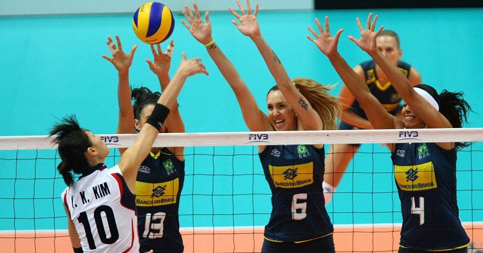 Sheilla, Thaísa e Paula Pequeno tentam bloqueio contra a a corena Kim, principal pontuadora da partida contra o Brasil, com 25 acertos