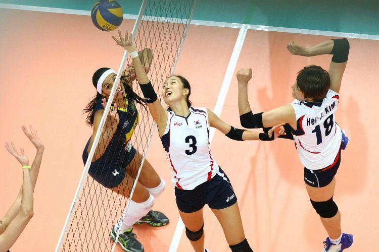 Observada por Paula Pequeno, Jung Ji-Youn (3) se esforça para fazer levantamento na derrota da Coreia para o Brasil