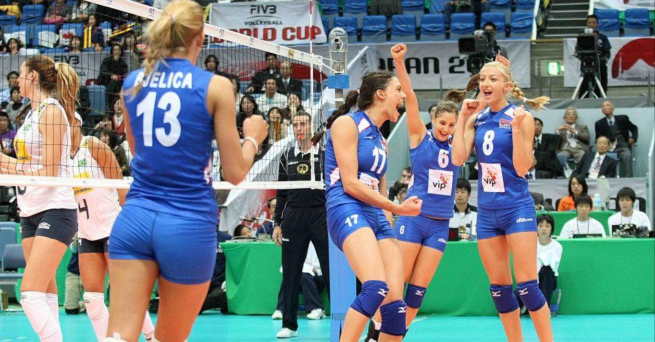 Jogadoras sérvias festejam ponto durante o confronto ante o Brasil; europeias abriram 2 sets a 0, mas levaram a virada e perderam por 3 sets a 2