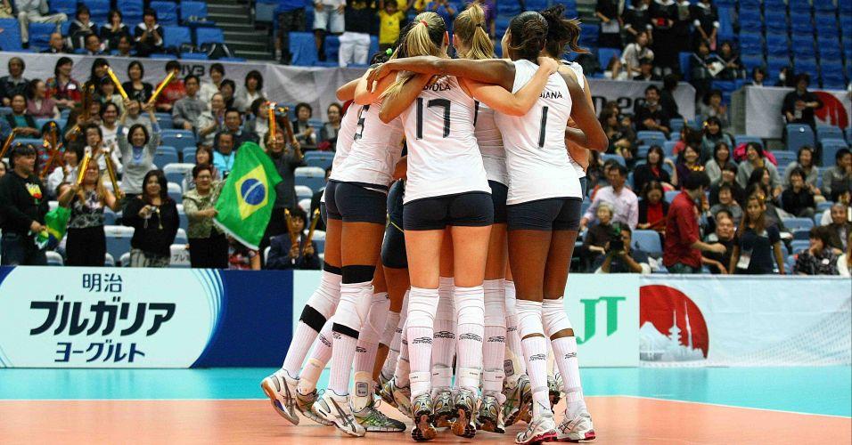 Jogadoras brasileiras se abraçam para comemorar a virada sobre a Sérvia - Brasil venceu por 3 sets a 2, mas chegou a estar perdendo por 2 a 0