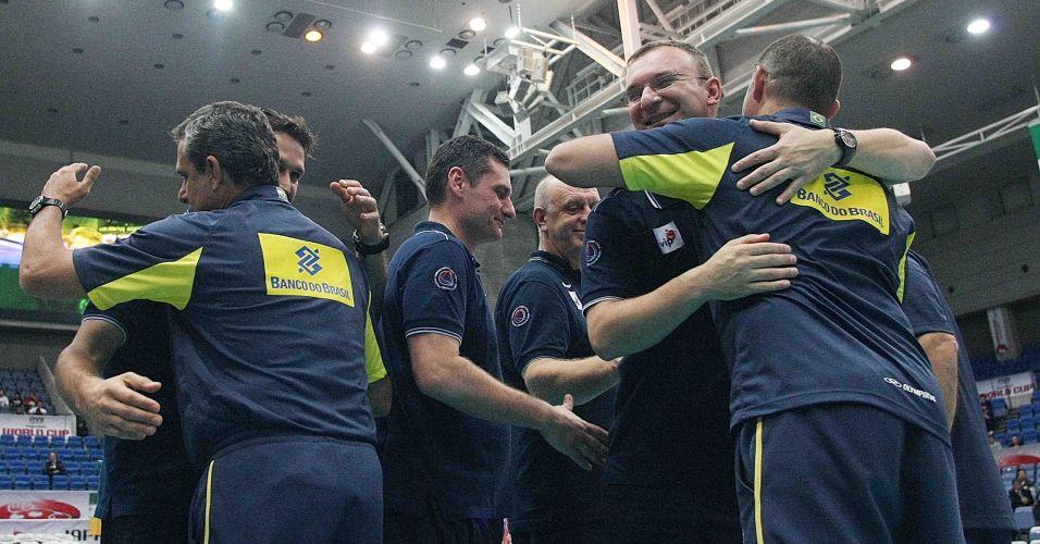 Membros das comissões de Brasil e Sérvia se abraçam após o duelo entre as equipes, nesta quarta; Brasil venceu por 3 sets a 2