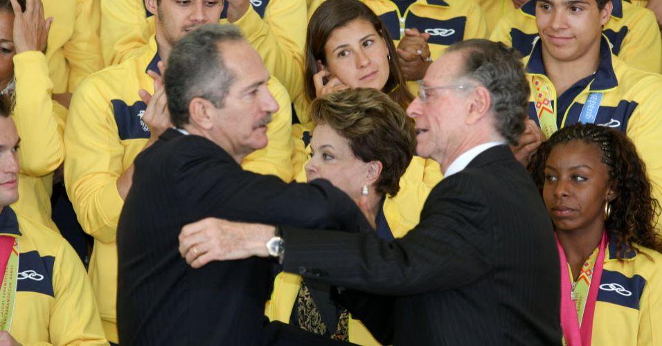 Aldo Rebelo cumprimenta presidente do COB Carlos Arthur Nuzman.