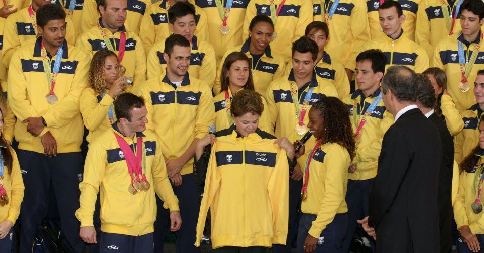 Das mãos de Diego Hypólito e Rosângela Santos, Dilma ganhou um agasalho da delegação brasileira.