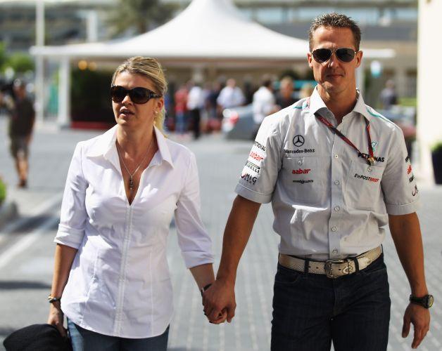 Michael Schumacher e sua esposa, Corinna, caminham pelo paddock no circuito de Yas Marina, nos Emirados Árabes