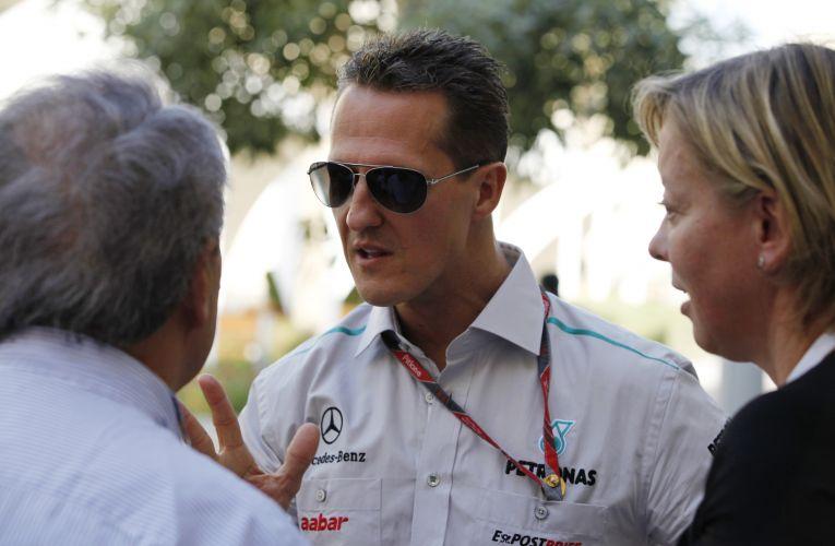Michael Schumacher conversa com repórteres no circuito de Yas Marina, nos Emirados Árabes. O piloto da Mercedes disse que prefere esperar um pouco para definir o seu futuro