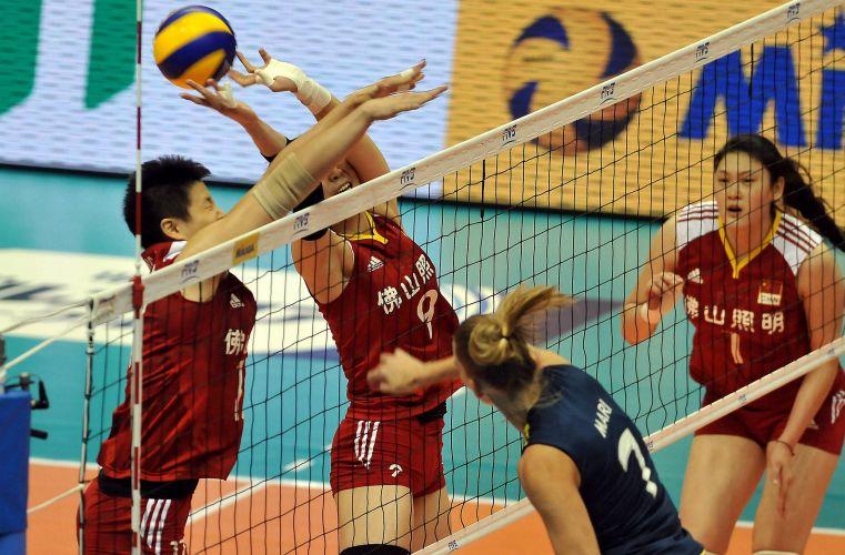 A ponteira Mari tenta superar o bloqueio chinês em partida pela Copa do Mundo de vôlei