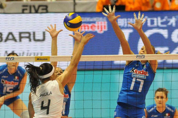 Paula Pequeno tenta superar bloqueio da Itália; ponta anotou apenas 8 pontos na derrota por 3 sets a 0 do Brasil