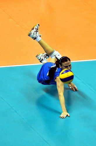 Antonella Del Core, da Itália, se esforça para salvar bola na vitória por 3 sets a 0 sobre o Brasil, neste sábado