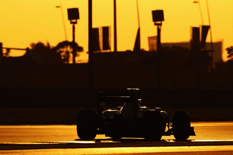 Michael Schumacher conduz sua Mercedes pelo circuito de Yas Marina no treino de classificação para o GP dos Emirados Árabes