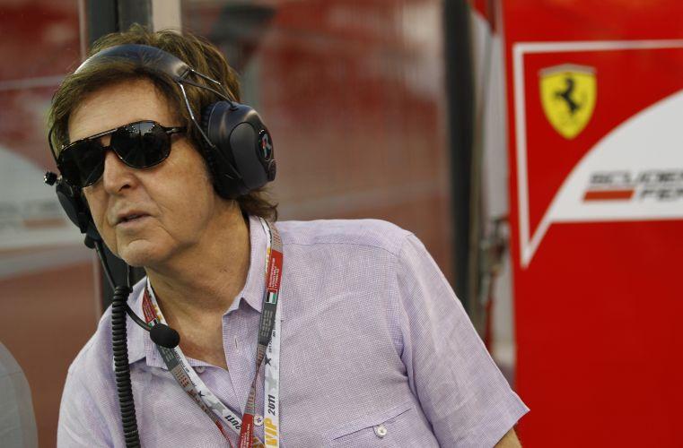O cantor Paul McCartney visitou os boxes da Ferrari e acompanhou o treino de classificação para o GP dos Emirados Árabes