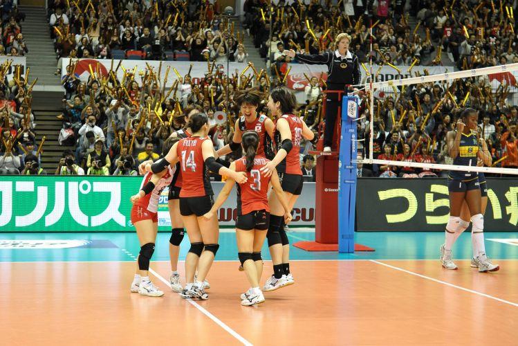 Japonesas comemoram a vitória por 3 sets a 0 sobre a seleção brasileira, neste domingo