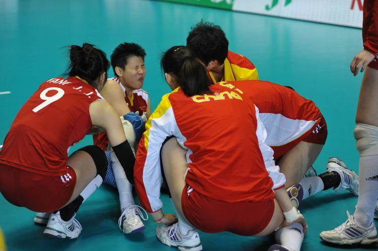 A jogadora chinesa se machucou durante a derrota para os Estados Unidos pela Copa do Mundo de vôlei