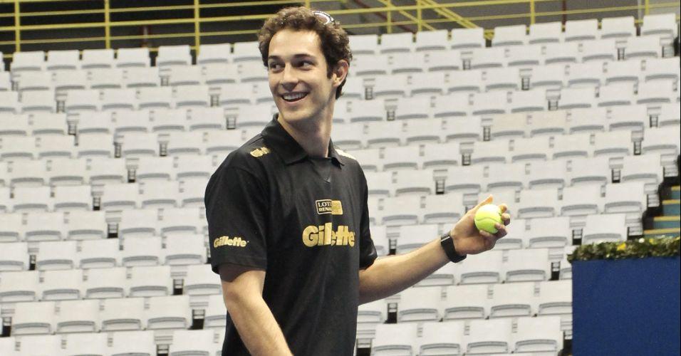 Bruno Senna tenta mostrar sua habilidade no tênis na quadra do Challenger Finals