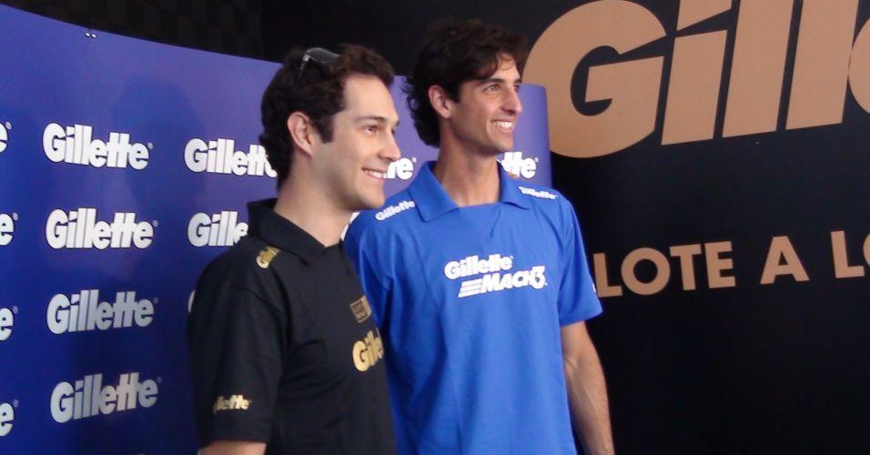 Bruno Senna e Thomaz Bellucci posam para fotos após disputa de corridas em simulador de F-1