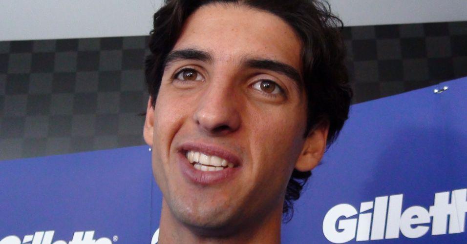 Um ano após ganhar moto em simulador de MotoGP, Thomaz Bellucci comemora depois de vencer uma corrida contra Bruno Senna, mas entrega que usou auxílio de freios
