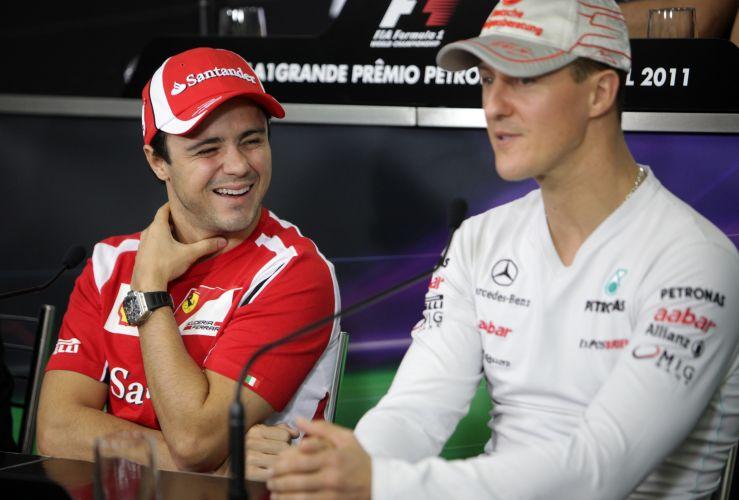 Ao lado de Michael Schumacher, Felipe Massa dá risada durante entrevista coletiva em Interlagos. Piloto da Ferrari espera contar com atmosfera do público para subir ao pódio no domingo
