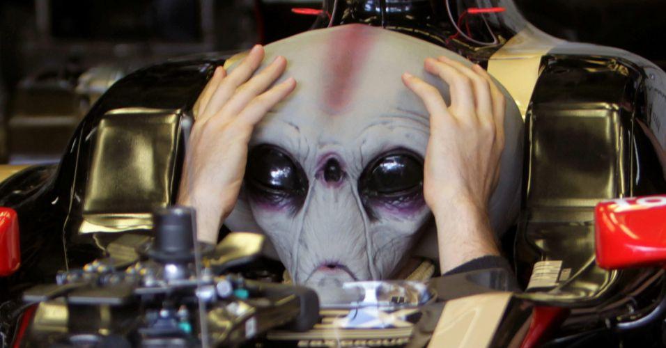 Depois de brincar um pouco, Bruno Senna ajustou o capacete em formato de máscara