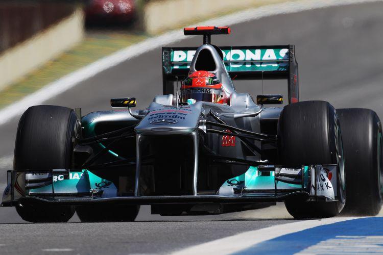 Michael Schumacher pilota sua Mercedes pelo circuito de Interlagos durante treino livre para o GP do Brasil