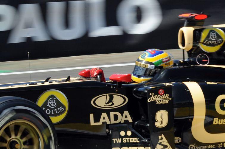 Bruno Senna acelera sua Renault pela pista de Interlagos durante treino livre para o GP do Brasil