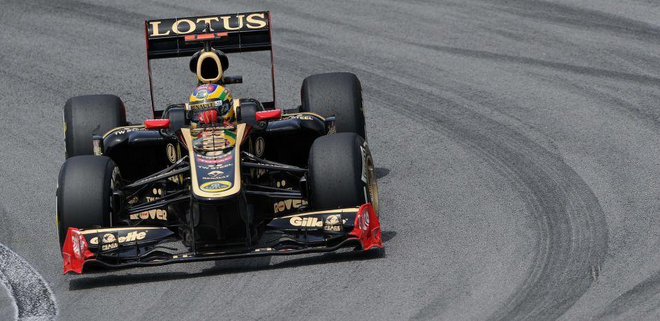 Bruno Senna acelera sua Renault pela pista de Interlagos