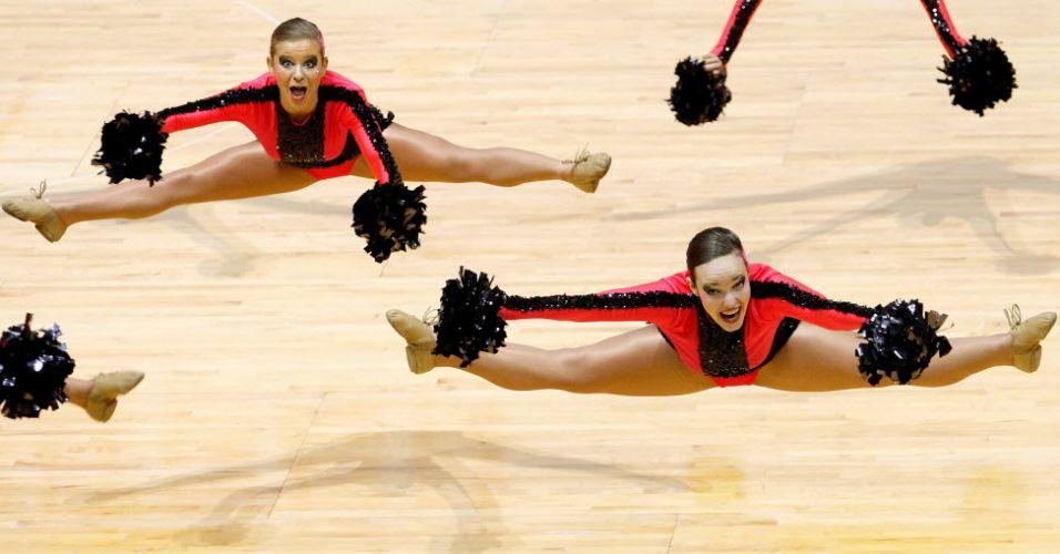 Líderes de torcida fazem careta enquanto saltam na disputa do Mundial, realizado em Hong Kong