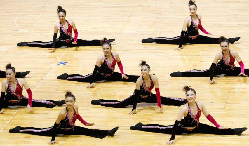 Líderes de torcida de Taiwan mostram elasticidade ao realizar acrobacia durante apresentação no Mundial de Hong Kong