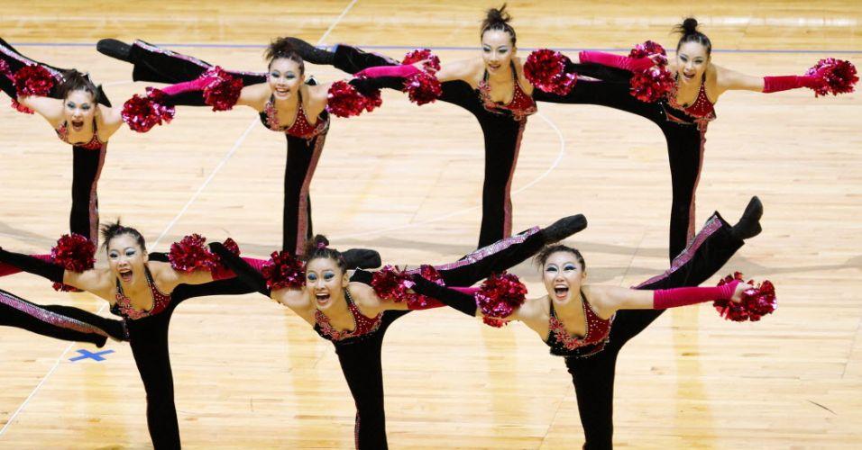 Líderes de torcida de Taiwan mostram equilíbrio ao realizar acrobacia durante apresentação no Mundial de Hong Kong