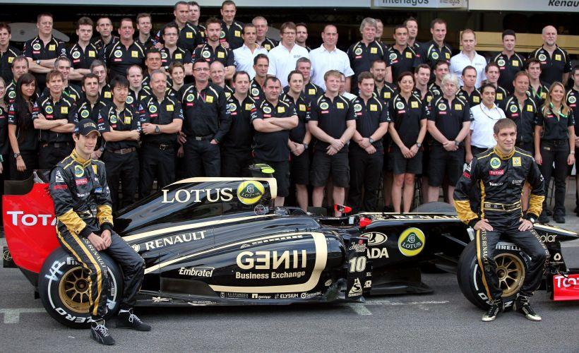 Os pilotos Bruno Senna e Vitaly Petrov posam ao lado de membros da equipe Renault para a foto oficial da escuderia nos boxes do circuito de Interlagos