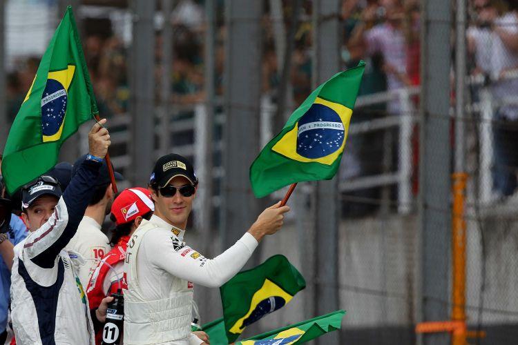 Bruno Senna, Rubens Barrichello e Felipe Massa seguram bandeiras do Brasil antes do início do GP do Brasil em Interlagos
