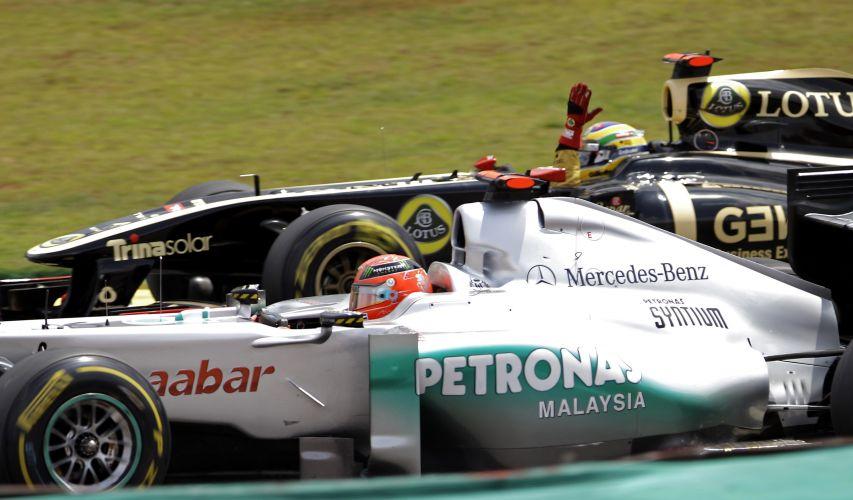 Bruno Senna reclama de Michael Schumahcer em tentativa de ultrapassagem. Pilotos se tocaram e o alemão levou a pior, com um furo no pneu. Comissários da prova consideraram o brasileiro culpado pelo incidente e o puniram com um drive through (passagem pelos boxes)