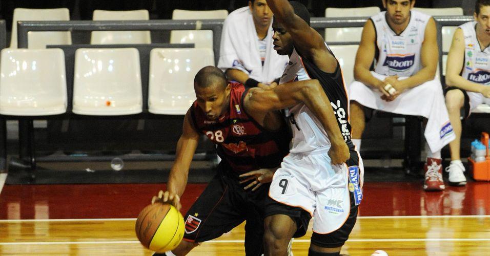 Leandrinho arma ataque do Flamengo em partida contra o Bauru
