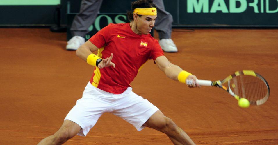 Rafael Nadal aplica forehand durante a partida contra o argentino Juan Monaco pelo primeiro duelo da final da Copa Davis