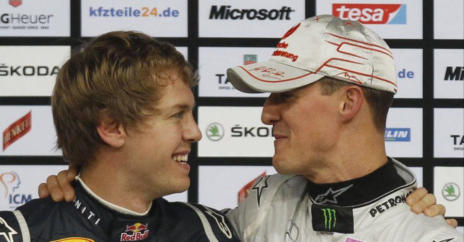 Vettel e Schumacher se abraçam após vencerem a primeira etapa da Corrida dos Campeões, disputada na Alemanha