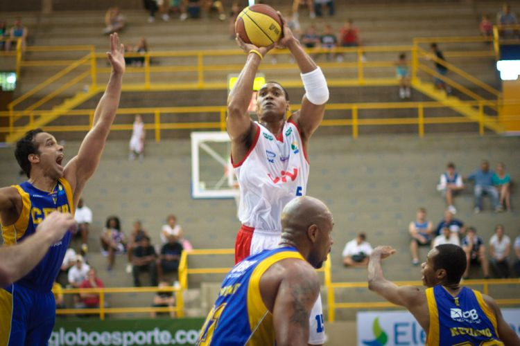 Jermaine Johnson arrisca arremesso para o Franca na partida contra o Brasília