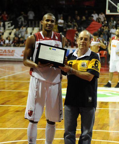 Leandrinho recebe homenagem da Liga Nacional de Basquete durante sua despedida do Flamengo
