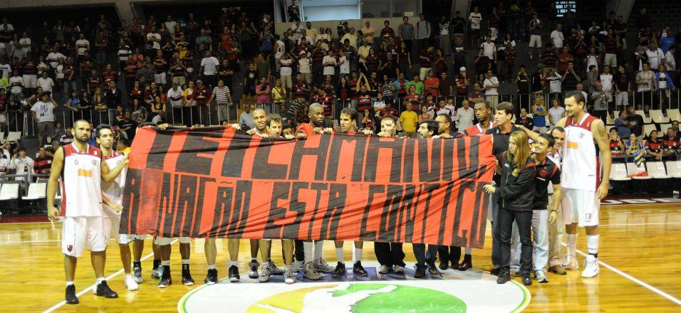 Elenco do Flamengo faz homenagem a Guilherme Teichmann, afastado por conta de tratamento de um tumor testicular
